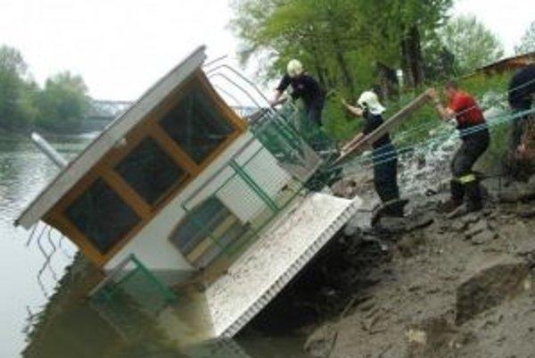 Loď ukotvená na Váhu sa značne naklonila a začala naberať vodu
