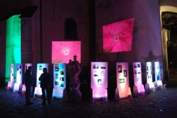 Tmavú noc rozžiarili počas výstavy Svetlo v tmách fotografie svetla