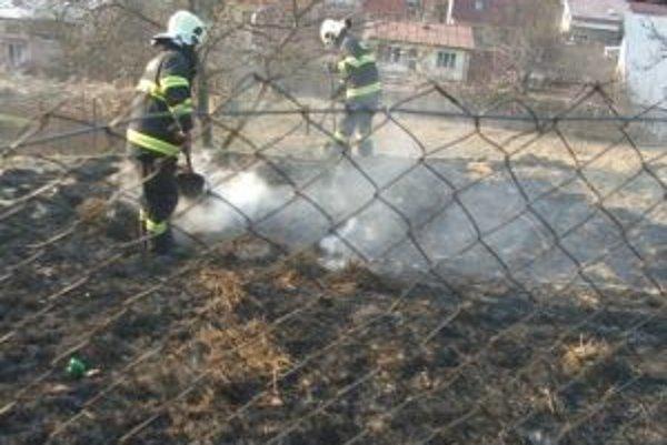 Hasiči očakávajú, že počty požiarov spôsobených vypaľovaním tráv bude ešte viac.