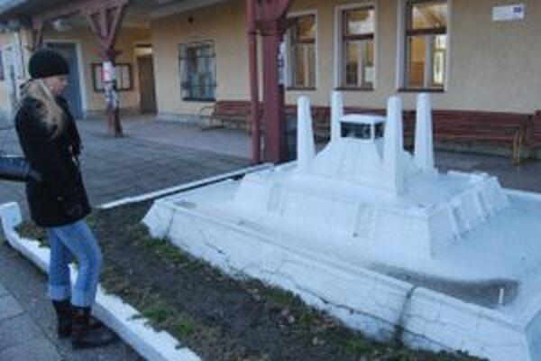 Model mohyly generála Štefánika na železničnej stanici bojuje s nezáujmom o jeho opravu