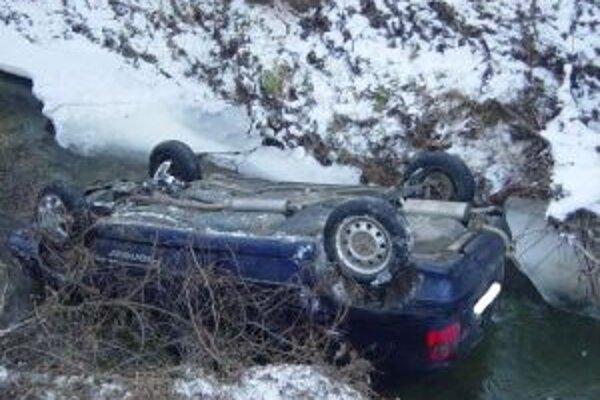 Auto skončilo vo vode prevrátené na strechu.