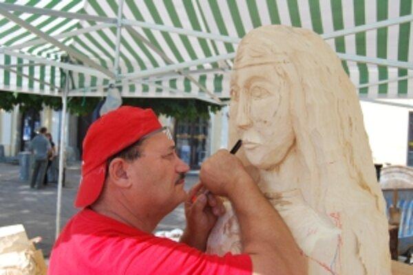 Štefan Slabý vyrezáva tvár novej Panny Márie