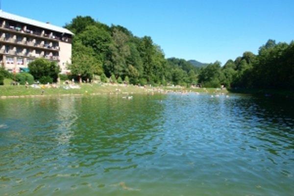 Po troch rokoch sa môžu návštevníci kúpať vo vyčistenom jazere
