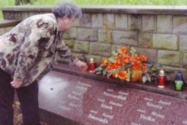 Viera Piskláková pri hrobe svojho otca Karola Smoradu v poľskom Zaluži.