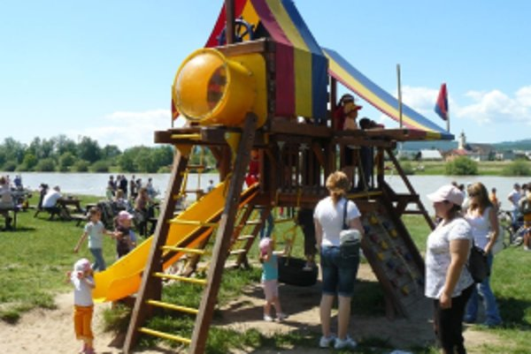 V mestách pribúdajú nové moderné detské ihriská