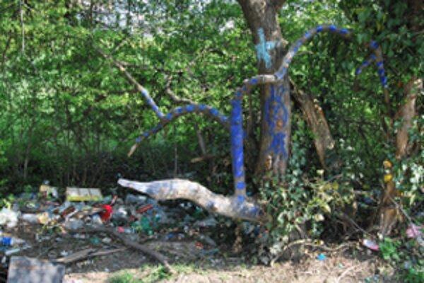 Na modro premaľovaná kôra stromov a pod nimi zapáchajúce smetisko