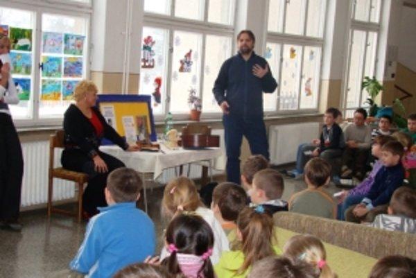 S deťmi prišiel besedovať autor knihy o psovi Buky