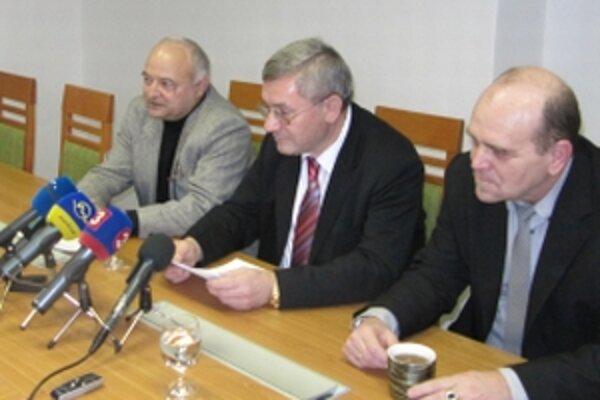 Rektorovi Miroslavovi Mečárovi (v strede) sa nepáčila publicistická relácia televízie Markíza Paľba