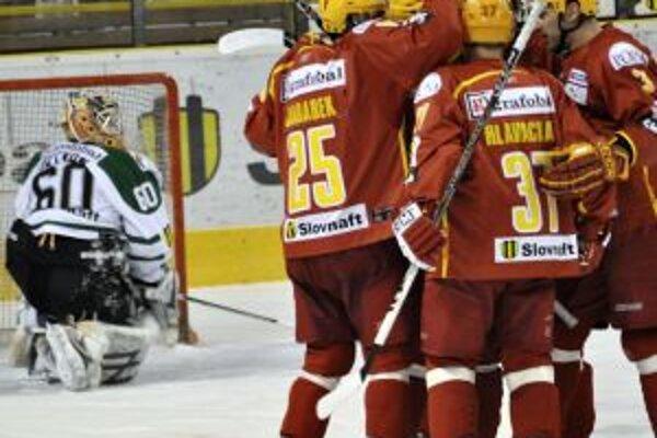 Hráči Dukly Trenčín sa radujú po vsietení gólu na 2:2 v súboji v zápase 40. kola Slovnaft extraligy Dukla Trenčín - HK 36 Skalica.
