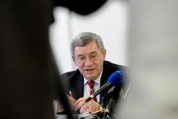 Rektor Miroslav Mečár sa odchodu bráni.