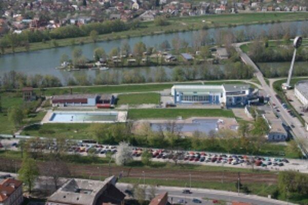 Obľúbená trenčianska letná plaváreň má svoje dni spočítané. mesto chce s výstavnou novej začať už na jeseň, pôvodnú po dostavbe zbúrajú.