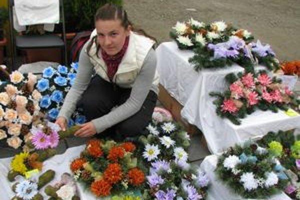 Alena Porubanová ukazuje novinku, kríž obtočený machom