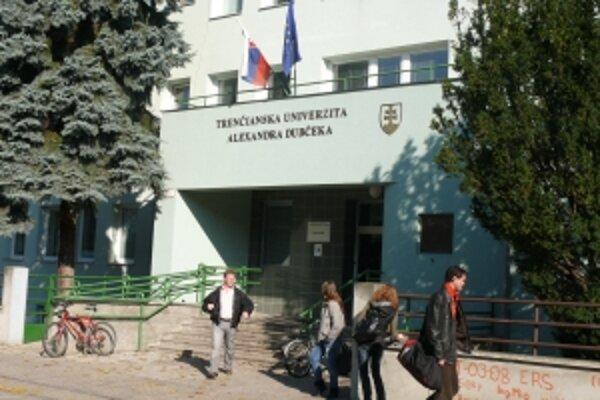 Škola sa dostala do pozornosti po tom, ako sa objavili informácie, že viacerí študenti získali tituly po neštandardne krátkom štúdiu.