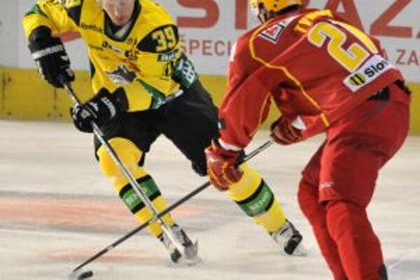 Súboj o puk medzi Žilinčanom Michalom Hreusom (vľavo) a Trenčanom Radoslavom Tyborom (vpravo) v zápase 4. kola hokejovej Slovnaft extraligy v Trenčíne 18.septembra.