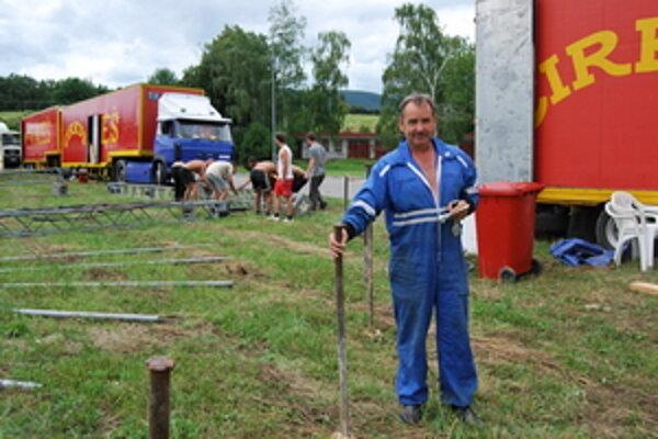 Cirkusová hviezda Antonín Aleš má so stavbou obrovských stanov a šapitó dlhoročné skúsenosti.