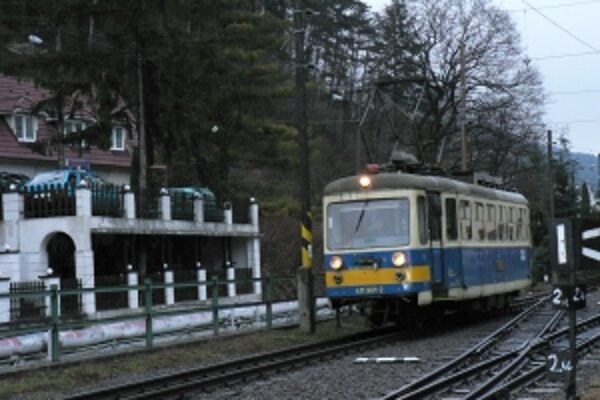 Medzi Trenčianskou Teplou a Teplicami premáva električka už sto rokov.