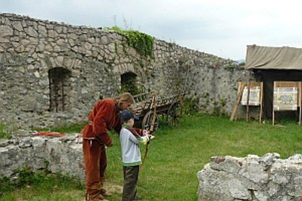Na hrade si mohli návštevníci zastrielať z luku.