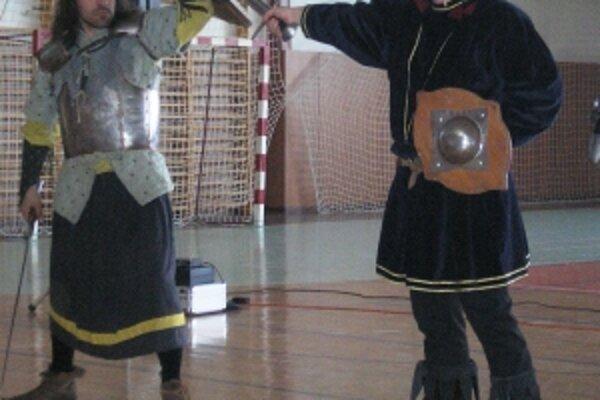 Hodinu dejepisu naživo zažili školáci vo Svinnej. Šermiari im prišli ukázať stredoveké zbrane.