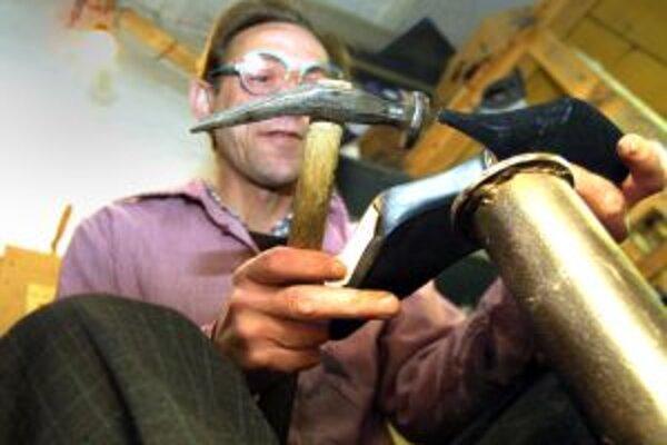 Pre obuvníkov v Bánovciach nad Bebravou práca je. Prepúšťať ich zatiaľ nechcú.