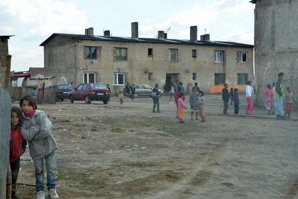 Na snímke rómska osada v obci Vrbnica v okrese Michalovce.