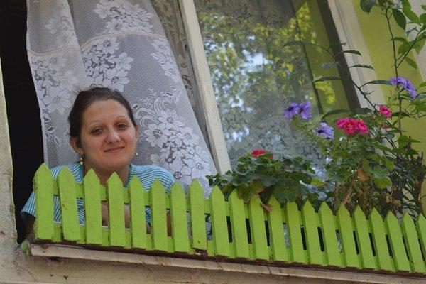 Z prízemného rodičovského bytu hľadí Piroška Kállaiová. Podľa nej otec z okna kontroluje všetko, čo sa v okolí deje, občas vybehne von a robí poriadok. V sobotu vonku poriadi. Správanie miestnych sa vraj zlepšilo, aj poriadok v okolí bytoviek.