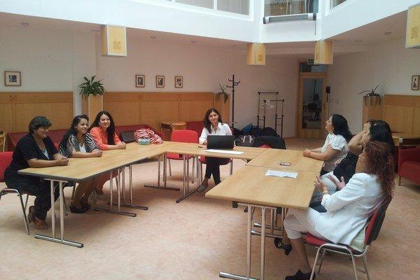 Počas stretnutí projektový tím diskutoval rôzne problémy zo života žien v zraniteľných komunitách. Pod vedením Zuzany Kumanovej (v strede) vylaďovali vhodný prístup ku konkrétnym znevýhodneniam rómskych žien a vymieňali si skúsenosti. Nevyhýbali sa ani té