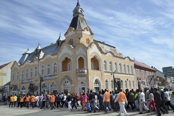 Policajný zásah vo Vrbnici vyvolal sériu protestných pochodov. Záber z aprílovej demonštrácie v Michalovciach.