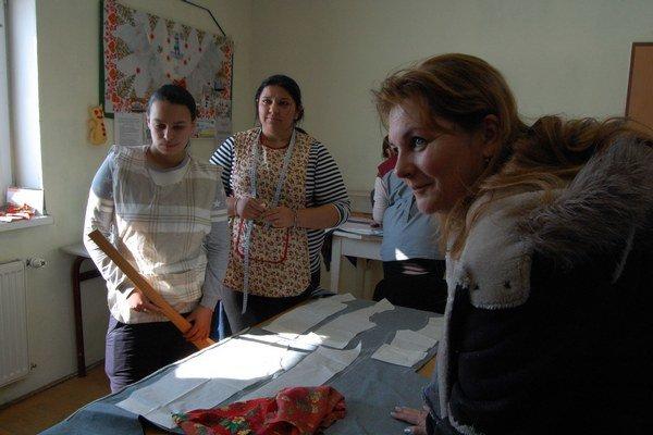 V krajčírskej dielni. Vpravo Anna Jurgovianová.