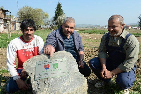 Budúci nájomníci  troch rodinných domov zľava Emil Bartko, Jozef Cina a Eduard Moskaľ pri základnom kameni.