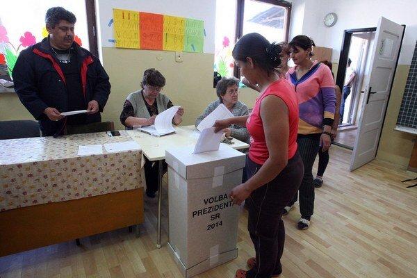 Rómov prišlo voliť asi len 30 percent.