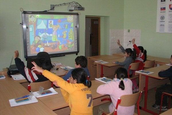 Interaktívna tabuľa v škole v Lomničke.