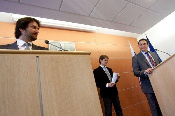 Minister vnútra Róbert Kaliňák (vľavo)a splnomocnenec pre Rómov Peter Pollák sa nezhodnú v prípade policajnej razie v Moldave nad Bodvou.