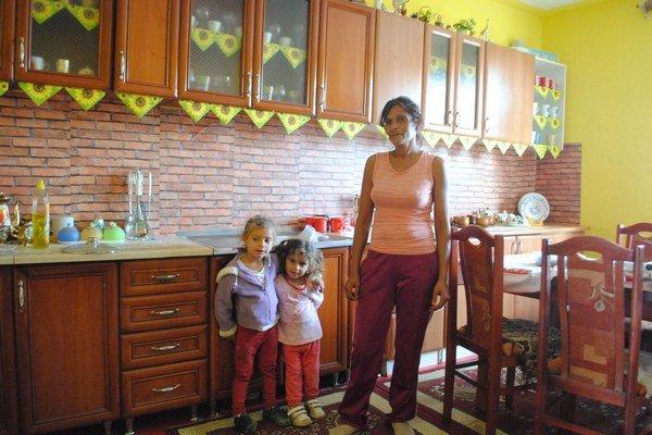 Ružena Mirgová spolu s vnúčatami v novej kuchyni.