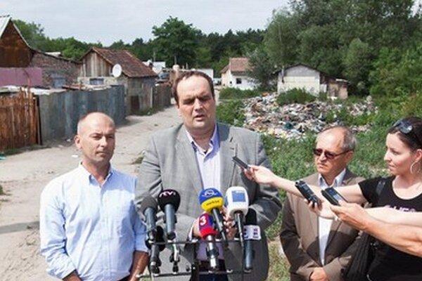 Funkcionári SDKÚ chodili do rómskych osád bojovať proti čiernym stavbám. Chodí tam aj radikál Kotleba.