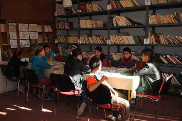 Školská knižnica. Pre nedostatok miesta tu museli zriadiť jazykovú učebňu.