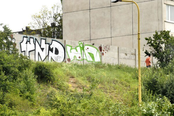 Múr už stihli pomaľovať grafitmi. Rómov na sídlisko nepustí. Musia ho obchádzať z inej strany.