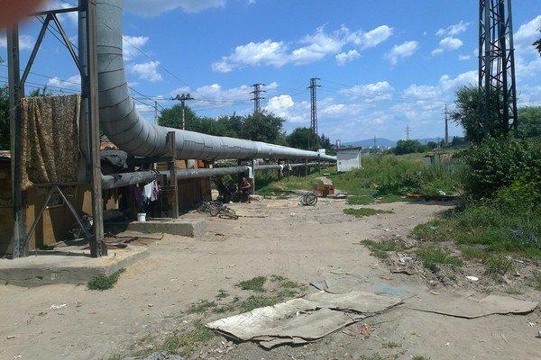 V časti Unionka vo Zvolene vznikla pred pár rokmi nová rómska osada. Dnes už zaberá asi 200 metrov popri teplovzdušnom potrubí medzi Hronom a železničnou traťou a stále sa rozširuje.