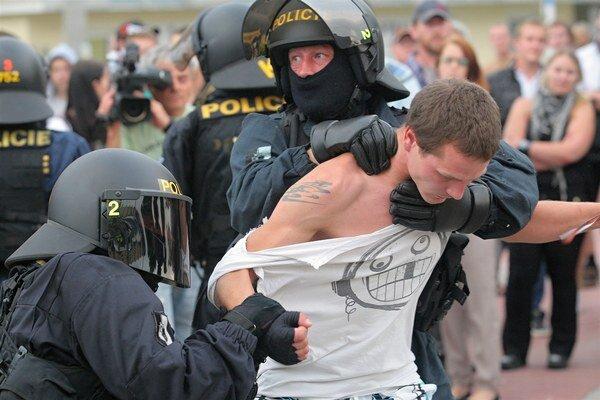 Protirómske protesty v Českých Budějoviciach prerástli do násilných zrážok s políciou.
