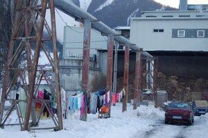 Bez domova 1Veľké prádlo suší prievan z továrne.