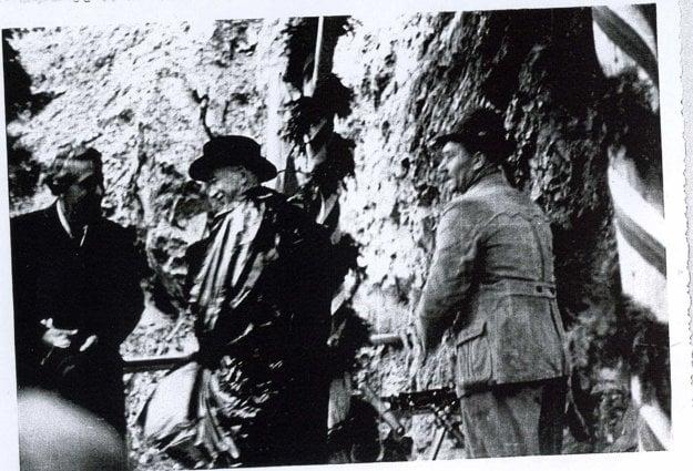 Prezident Beneš pri kamennom brale, kde sa začal raziť tunel.