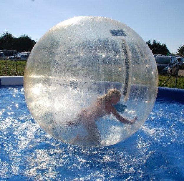 Chodenie v guli po hladine je v aquaparku obľúbenou atrakciou.