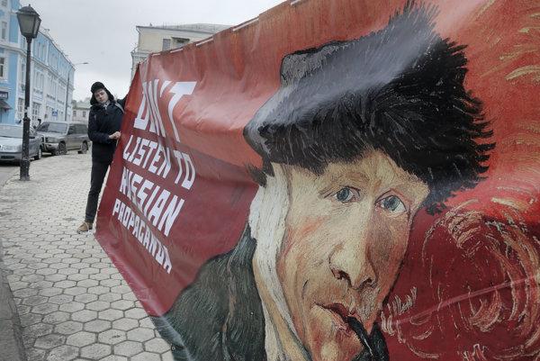 Nepočúvajte ruskú propagandu, odkazuje z transparentu ukrajinského aktivistu Vincent van Gogh.