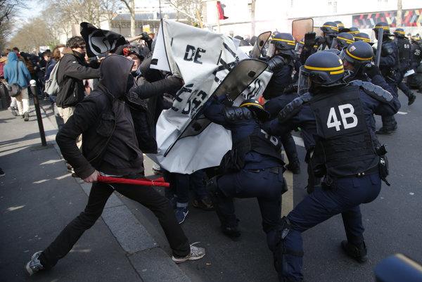 Francúzski policajti rozháňajú demonštráciu zamestnancov a študentov v Paríži 5. apríla 2016. Odbory vyzývajú k protestným akciám proti vládou navrhovaným zmenám v politike zamestnanosti.