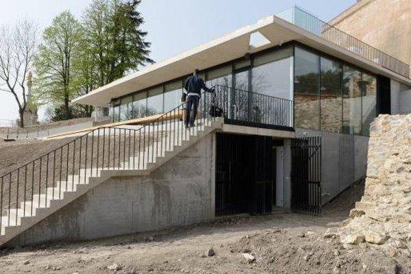 Na hrade dokončujú nový objekt služieb turistom s vyhliadkovou terasou.