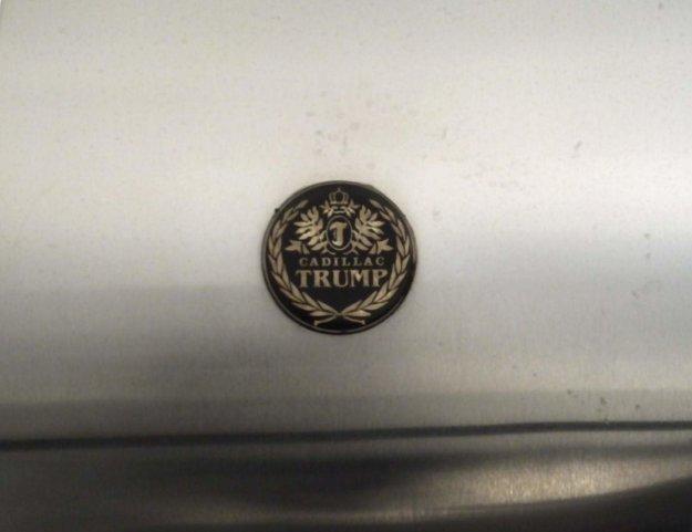 Logo špeciálnej edície Cadillacov Donalda Trumpa.