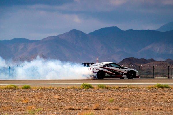 Nissan GT-R Driftujúci rýchlosťou 304,96 km/h.