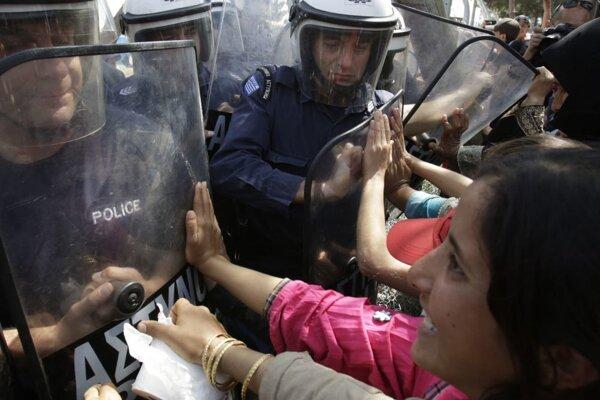 Polícia zatlačila demonštrantov obrannými štítmi.