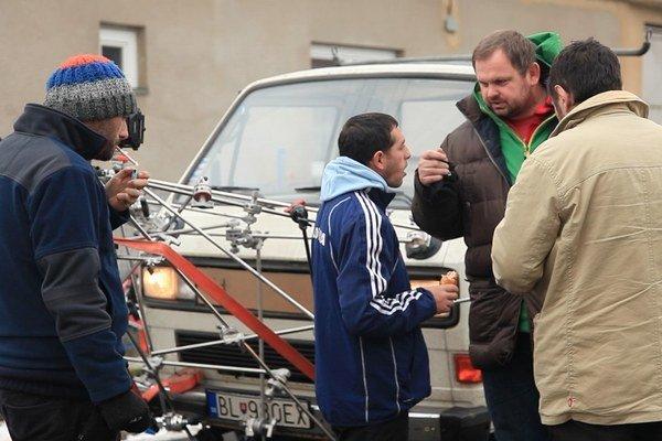 Režisér Ivan Ostrochovský počas nakrúcania dokumentu Koza. V strede boxer Peter Baláž.