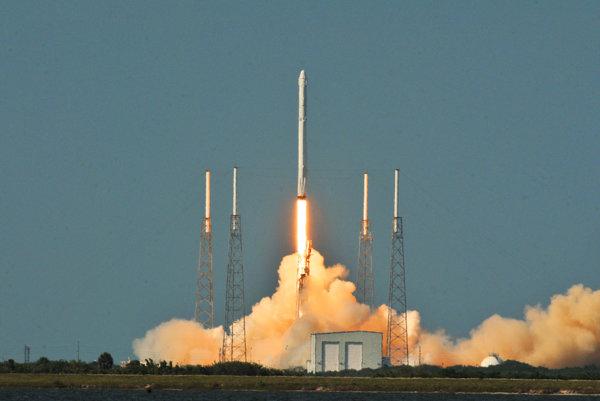 Raketa Falcon 9 odštartovala bez problémov.