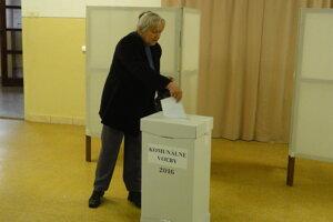 V okrsku číslo dva na ZŠ Pribinova sú voľby pokojné. Účasť je nižšia ako pred rokom a pol.